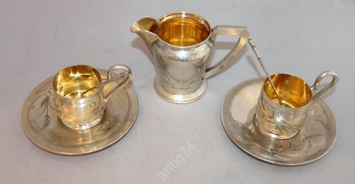 Две чайные пары с ложками и сливочник. Хлебников