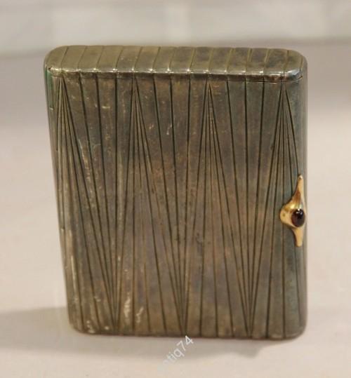Портсигар рельефный с золотой защёлкой и камнем. Серебро, 875 проба