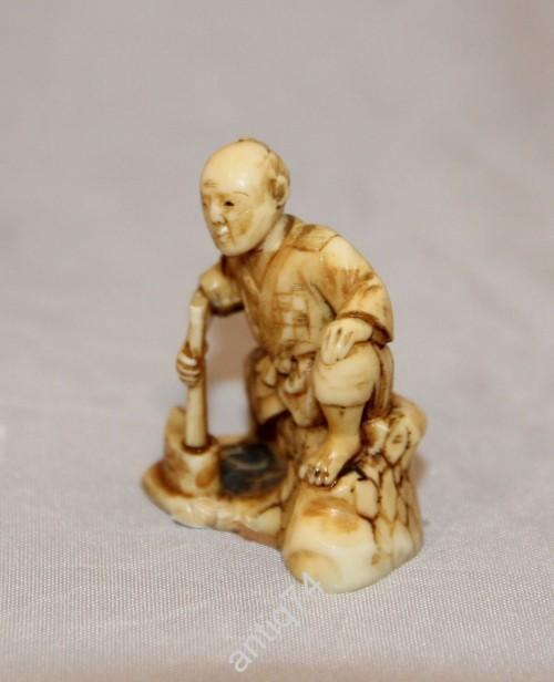 Нэцке. Дровосек. Кость, резьба. Япония. Подписная. 19 век