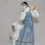 Девушка с собакой и яблоком. Песочное