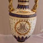 Большая дворцовая ваза со змеями и вензелем Марии Антуанетты. Франция, конец 19 века. Ручная роспись