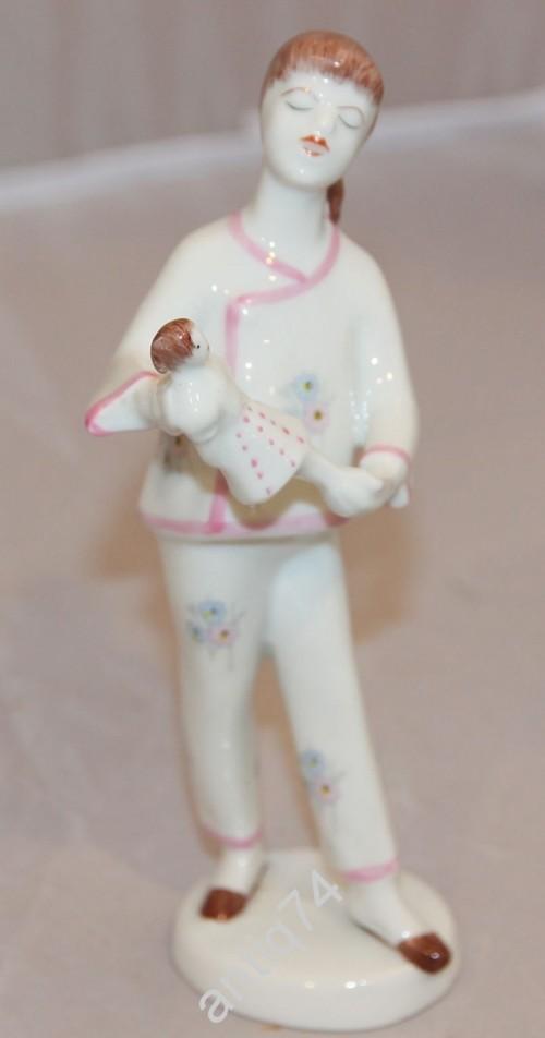 Девочка с куклой. Холлохаза. Венгрия.