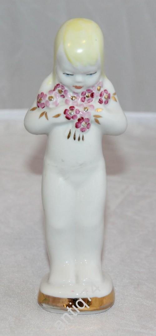 Девочка с цветами. Рига