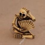 Нэцке Скелет с веером. Подписная.