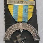 Иностранная медаль с хищной птицей и ее добычей. Серебро, номерная