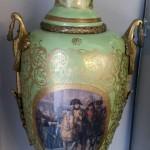 Огромные парные, дворцовые вазы с Наполеоном и сценами придворной жизни. 121 см