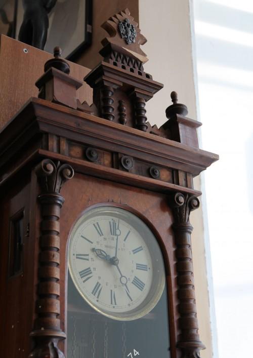 Часы настенные Мозер с календарём, показывают время и дату. Гиревые. На ходу.