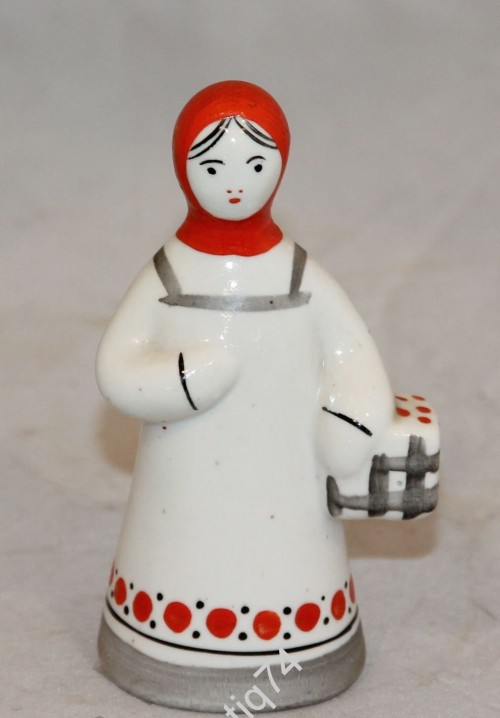 Девушка с корзиной ягод. Гжель