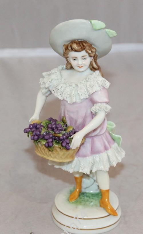 Девушка с корзиной винограда. Садовник. Старая Германия