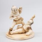 Борцы, борьба. Окимоно Япония, конец 19 - начало 20 вв. Кость. Подписная.